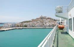 Blick vom Meer auf Ibiza