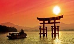 Wunderschöner Sonnenuntergang über dem Wasser