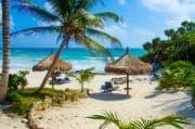 Schöner Strand in Mexiko mit Liegen und Sonnenschirmen
