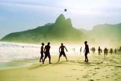 Männer spielen Fussball am Ipanema Beach