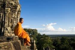 Mönch geniesst fantastische Aussicht