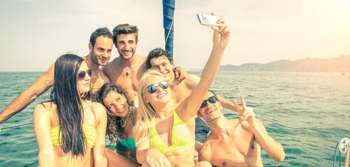 Flashpacker auf eineem Boot machen Selfie