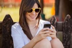 Junge Frau networket mit Handy