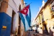 Kleine Gasse in Havanna mit Kuba-Fahne