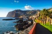 Kleine Promenade mit Blick auf das Meer