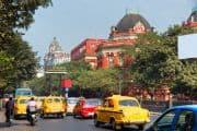 Belebte Straße in Kalkutta