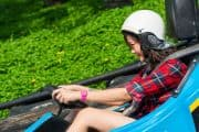 Mädchen fährt Kart