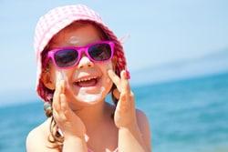 Kind am Strand von Mallorca