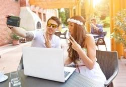 Paar beim Selfie für den Flashpacker Blog