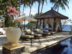 Am schönen Pool auf Bali relaxen