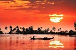 Fischerboot auf dem Meer bei Sonnenuntergang