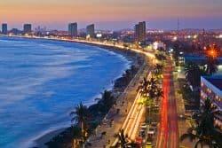 Blick auf Promenade am Meer