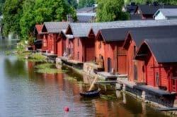 Rote Holzhäuser am Wasser