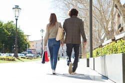 Junges Paar beim Shoppen