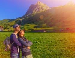 Junges Paar macht Ausflug in den Alpen