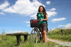 Junge Frau macht eine Fahrradtour