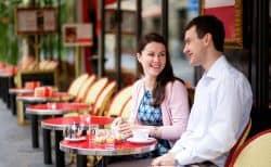 Junge Leute unterhalten sich im Café
