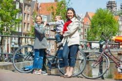 Junge Familie erkundet Amsterdam