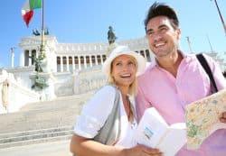 Junges Paar erkundet Rom