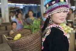Junge Frau kauft Gemüse