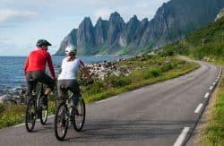 Paar macht Fahrradtour