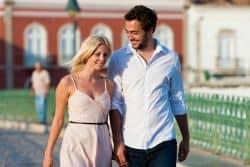 Junges Paar spaziert durch Porto