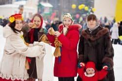 Russische Frauen machen Winterspaziergang
