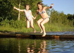 Kinder geniessen heiße Sommertage