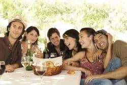 Junge Leute sitzen am Tisch und haben Spaß