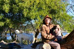 Frau mit Hund in der Natur