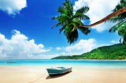 Ein kleines Boot steht am Strand