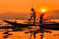 Zwei Fischer bei Sonnenaufgang