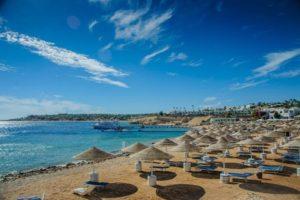 Strand mit blauem Himmel