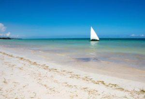 Segelboot am Strand