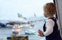 Kind kurz vor dem Flug auf einem Flughafen